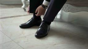 Άτομο που τίθεται στα παπούτσια φιλμ μικρού μήκους