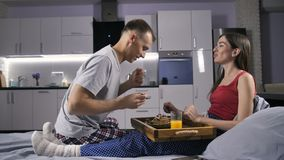 Άτομο που ταΐζει τη φίλη του με το πρόγευμα στο κρεβάτι απόθεμα βίντεο