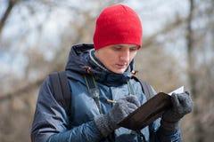 Άτομο που ταξιδεύει σε ένα δάσος πεύκων Στοκ Φωτογραφία