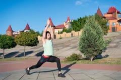 Άτομο που τεντώνει και που θερμαίνει τους μυς πριν από το workout Στοκ Εικόνες