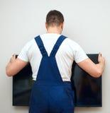 Άτομο που τοποθετεί τη TV στοκ εικόνες