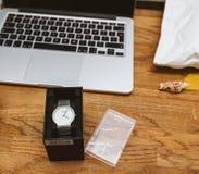 Άτομο που το νέο ρολόι ρολογιών Braun γερμανικό στον πίνακα εργασίας με App Στοκ φωτογραφίες με δικαίωμα ελεύθερης χρήσης
