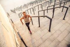 Άτομο που τρέχει επάνω στην πόλη στοκ εικόνα