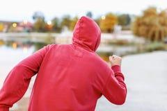 Άτομο που τρέχει κατά μήκος της ακτής Στοκ Εικόνες