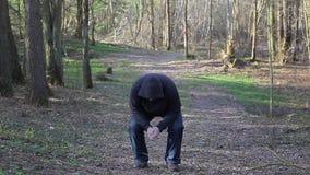 Άτομο που τρέχει κατά μήκος του ίχνους στο πάρκο απόθεμα βίντεο