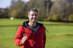 Άτομο που τρέχει μέσω της φύσης Στοκ φωτογραφία με δικαίωμα ελεύθερης χρήσης