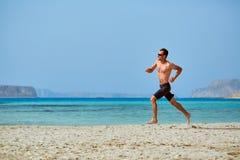 Άτομο που τρέχει στην παραλία Στοκ Φωτογραφία