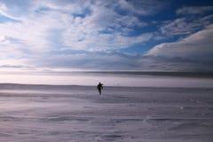 Άτομο που τρέχει στο άσπρο όνειρο Στοκ Φωτογραφίες