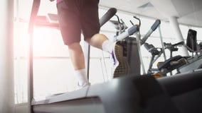 Άτομο που τρέχει treadmill, καρδιο άσκηση, που θερμαίνει πριν από την κατάρτιση μυών απόθεμα βίντεο