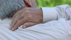 Άτομο που τρίβει το ναρκωμένο λαιμό, προβλήματα με τη σπονδυλική στήλη, κακοί όροι ύπνου, υγειονομική περίθαλψη φιλμ μικρού μήκους