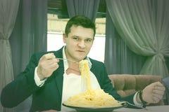 Άτομο που τρώει μια μεγάλη μερίδα των ζυμαρικών Στοκ Εικόνες