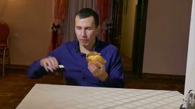 Άτομο που τρώει μια συνεδρίαση γρήγορου φαγητού τροφίμων χάμπουργκερ μέσα απόθεμα βίντεο