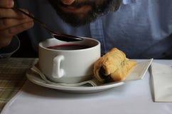 Άτομο που τρώει τη σούπα παντζαριών Στοκ φωτογραφία με δικαίωμα ελεύθερης χρήσης