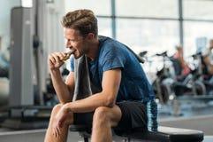 Άτομο που τρώει τον ενεργειακό φραγμό στοκ φωτογραφίες με δικαίωμα ελεύθερης χρήσης