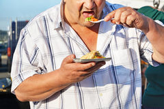 Άτομο που τρώει το ελεύθερο ψημένο στη σχάρα τρόφιμα κοτόπουλο με τα λαχανικά Στοκ Εικόνα