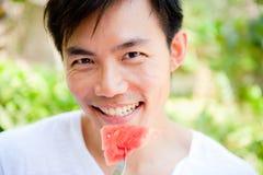 Άτομο που τρώει το καρπούζι Στοκ Εικόνες