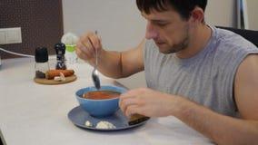 Άτομο που τρώει το κουτάλι σούπας φιλμ μικρού μήκους