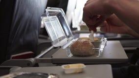 Άτομο που τρώει το πρόγευμα στο βίντεο μήκους σε πόδηα αποθεμάτων αεροπλάνων επιτραπέζιου πετάγματος φιλμ μικρού μήκους