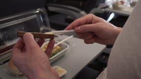 Άτομο που τρώει το πρόγευμα στο βίντεο μήκους σε πόδηα αποθεμάτων αεροπλάνων επιτραπέζιου πετάγματος απόθεμα βίντεο