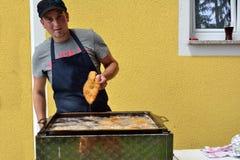 Άτομο που τσιγαρίζεται schnitzel Στοκ Εικόνα