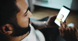 Άτομο που τυλίγει το κοινωνικό δίκτυο στο τηλέφωνο απόθεμα βίντεο