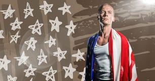 Άτομο που τυλίγεται στη αμερικανική σημαία που κοιτάζει κάτω ενάντια στην καφετιές συρμένες χέρι αμερικανική σημαία και τη φλόγα Στοκ εικόνες με δικαίωμα ελεύθερης χρήσης