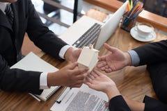 άτομο που υποβάλλει αίτηση για το ενυπόθηκο δάνειο με τον υπάλληλο τραπεζών πελάτης signin στοκ εικόνες