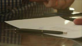 Άτομο που υπογράφει μια σύμβαση και που θέτει ένα γραμματόσημο απόθεμα βίντεο