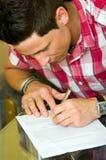 Άτομο που υπογράφει τα έγγραφα στοκ φωτογραφίες