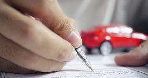Άτομο που υπογράφει το έγγραφο ασφαλείας αυτοκινήτου Γράψιμο της υπογραφής στη σύμβαση ή τη συμφωνία Αγορά ή πώληση του νέου οχήμ απόθεμα βίντεο