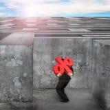 Άτομο που φέρνει το κόκκινο σημάδι ποσοστού που εισάγει τον τεράστιο λαβύρινθο με τον ουρανό Στοκ φωτογραφία με δικαίωμα ελεύθερης χρήσης