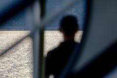 Άτομο που φαίνεται η λίμνη Στοκ Εικόνα