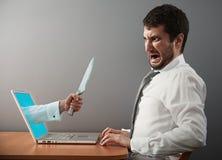 Άτομο που φαίνεται προσιτό με το μαχαίρι Στοκ φωτογραφία με δικαίωμα ελεύθερης χρήσης