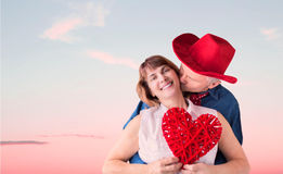 Άτομο που φιλά τη σύζυγό του ενώ κρατά έναν βαλεντίνο Στοκ φωτογραφία με δικαίωμα ελεύθερης χρήσης