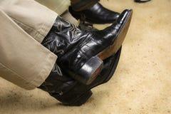 Άτομο που φορά ένα ζευγάρι των μποτών Στοκ εικόνες με δικαίωμα ελεύθερης χρήσης