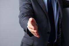 Άτομο που φορά ένα κοστούμι που προσφέρει να τινάξει τα χέρια Στοκ φωτογραφία με δικαίωμα ελεύθερης χρήσης