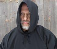 Άτομο που φορά ένα μαύρο με κουκούλα ακρωτήριο δύο μάτια Στοκ εικόνα με δικαίωμα ελεύθερης χρήσης
