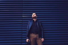 Άτομο που φορά ένα σακάκι δέρματος Στοκ φωτογραφία με δικαίωμα ελεύθερης χρήσης