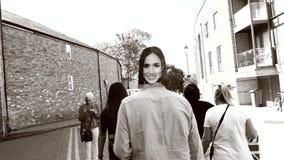 Άτομο που φορά με τη μάσκα της Meghan Markle που περπατά στην οδό Windsor απόθεμα βίντεο