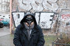 Άτομο που φορά μια μαύρη μάσκα Στοκ φωτογραφίες με δικαίωμα ελεύθερης χρήσης