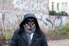 Άτομο που φορά μια μαύρη μάσκα Στοκ Φωτογραφίες