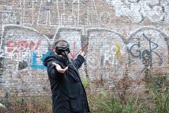 Άτομο που φορά μια μαύρη μάσκα Στοκ Εικόνα