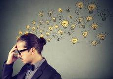 Άτομο που φορά τα γυαλιά που έχουν πολλές ιδέες που σκέφτονται την οργάνωση των σκέψεων Στοκ Εικόνες