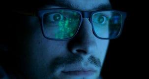 Άτομο που φορά τα γυαλιά με τη λειτουργία της αναγνώρισης αντικειμένου Μελλοντική έννοια τεχνολογιών απόθεμα βίντεο