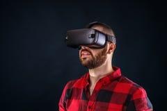 Άτομο που φορά τα γυαλιά εικονικής πραγματικότητας στοκ φωτογραφία με δικαίωμα ελεύθερης χρήσης