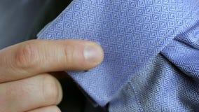 Άτομο που φορά τα μανικετόκουμπα κοντά επάνω απόθεμα βίντεο