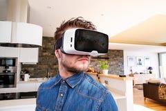Άτομο που φορά τα προστατευτικά δίοπτρα εικονικής πραγματικότητας designed home interior living retro room style Στοκ εικόνα με δικαίωμα ελεύθερης χρήσης