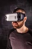 Άτομο που φορά τα προστατευτικά δίοπτρα εικονικής πραγματικότητας στοκ φωτογραφία με δικαίωμα ελεύθερης χρήσης