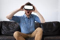 Άτομο που φορά τα προστατευτικά δίοπτρα εικονικής πραγματικότητας Στοκ Φωτογραφία