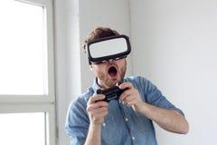 Άτομο που φορά τα προστατευτικά δίοπτρα εικονικής πραγματικότητας Στοκ Φωτογραφίες